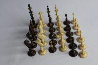 Jeu d'échecs ancien en os sculpté