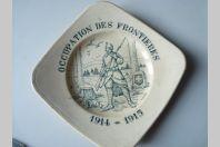 """Assiette commémorative """" occupation des frontières """" faïence de Carouge"""
